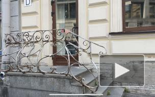 Жители Петроградского района несколько лет жалуются на опасное крыльцо с ржавыми прутьями