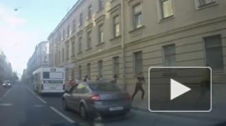 Массовая драка мигрантов у петербургского ЗакСа попала на видео