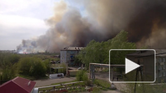 Видео: в Красноярском крае крупный пожар подходит к топливной базе, жители боятся взрыва