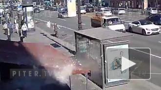 Момент падения глыбы с дома Чадаева на Невском попал на видео