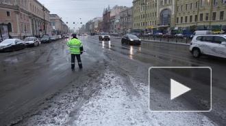 Яма на набережной реки Смоленки вызвала массовые проблемы для автотранспорта