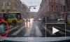Видео: Кусок железа с крыши чуть не убил пешехода