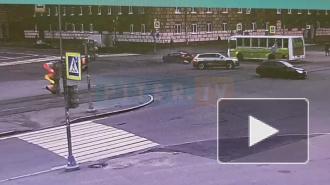 Легковушке снесло колесо после удара кроссовера на Кронштадской улице