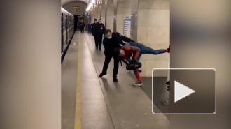 """Видео: сотрудники петербургского метрополитена ловили """"Человека-паука"""""""