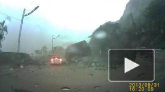 Видео со скалой, рухнувшей на авто, стало хитом интернета