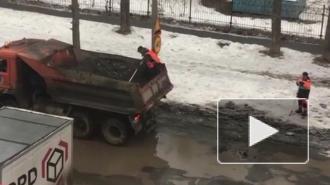 В Екатеринбурге объяснили, почему рабочие уложили асфальт в лужу