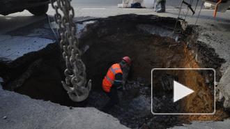 В центре Москвы под автомобилем провалился асфальт