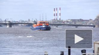 В Петербурге судно врезалось в Дворцовый мост и затонуло