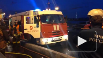 На Неве у Дворцового моста горела баржа