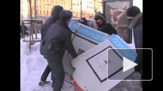 Провокация от анархистов. Полицейский сломал нарисованного коллегу