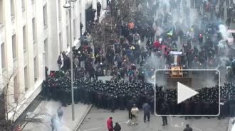 В Киеве оппозиция штурмует администрацию президента на бульдозере