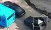 Видео: В Москве на светофоре двое с кувалдой средь бела дня напали на машину с деньгами
