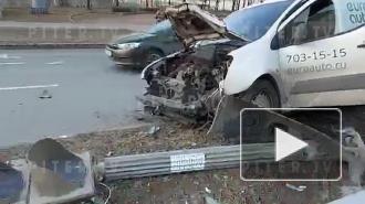 Участниками аварии на Кантемировской стали два легковых автомобиля, пешеход и светофор