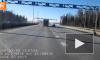 """Видео: водитель """"Газели"""" чуть не словил в лобовое стекло таз из мусоровоза"""