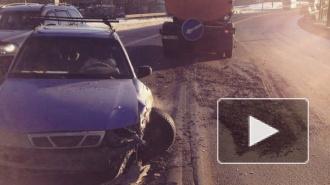 ДТП в Санкт-Петербурге: Део Нексиа разбился об снегоуборочную машину, на Софийской грузовик вылетел на тротуар