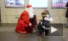 Дед Мороз спустился в метро и поздравил петербуржцев с Новым годом