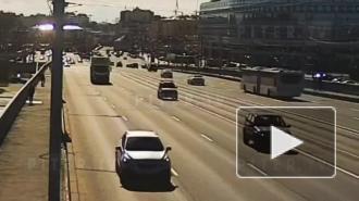 На мосту Александра Невского пешеход бросился под машину: видео