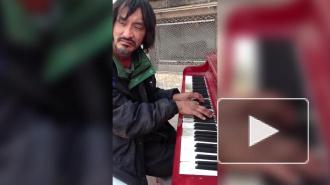 В интернете стремительно набирает обороты видео с бездомным, который играет на пианино