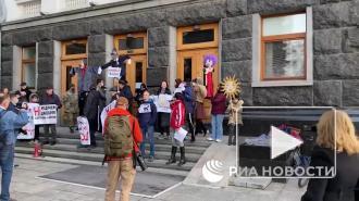 В Киеве проходит митинг противников вакцинации от COVID-19