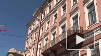 Невский проспект осыпается. Обрушилась часть фасада на доме 78