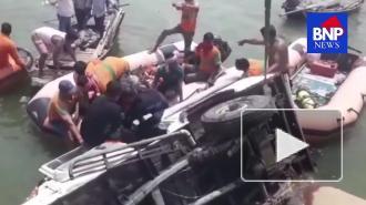 СМИ: в Индии девять человек погибли при падении автомобиля в реку Ганг