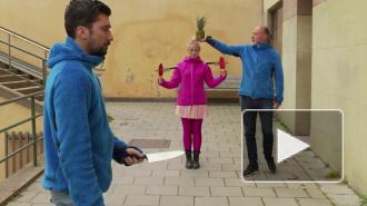 Хит YouTube: ловкая блондинка ловит ножи ракетками для пинг-понга