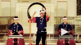 В Петербурге японцы каялись и били в барабаны
