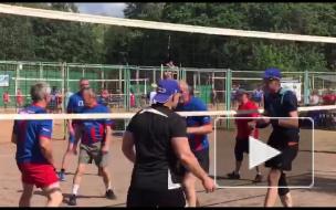 Видео: знаменитые волейболисты приехали на выходные в Выборг