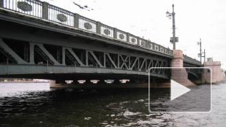 Спасатели ищут мужчину, спрыгнувшего в Неву с Дворцового моста