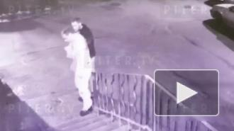В подъезде на Руднева трое неизвестных избили пьяного петербуржца