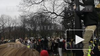 """""""Свободу"""", """"Врача Алексею Навальному"""": протестующие скандируют на Сенатской площади"""
