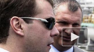 Медведев щегольнул женскими очками от Картье за 28 тыс.