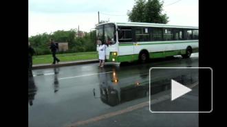 Автобус на ходу остановит, нагая по лужам пойдет. Жительница Пушкина разделась догола на улице