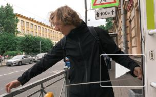 Жители Петроградского района пожаловались на узкий тротуар. Мы измерили его ширину