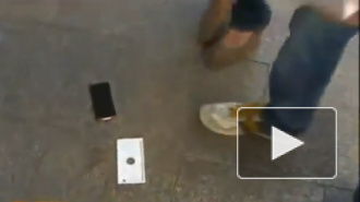 Официальные продажи iPhone 6 от Apple начались с падения смартфона на асфальт. Покупатель-криворук был в шоке