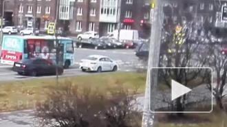 Видео: иномарка перевернулась в результате столкновения на перекрестке в Калининском районе
