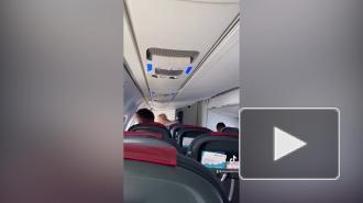 Блогер запустил фейк про аварийные выходы для россиян в самолете над Крымом