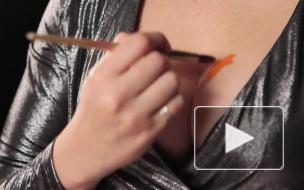 Эпатажная художница к Новому году наваяла грудью логотип Piter.TV