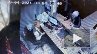 Разбойное нападение на букмекерскую контору на Караваевской попало на видео