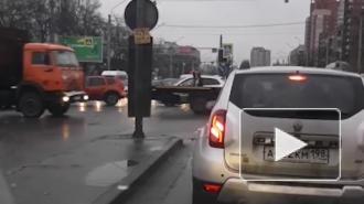 Петербуржец с зонтом помог разъехаться автомобилистам в Московском районе