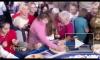 """Видео: в """"Поле чудес"""" зрители после съемок пытаются забрать как можно больше еды с барабана"""