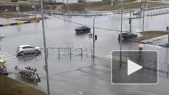 Иномарка врезалась в столб на пересечении Комендантского и Шуваловского