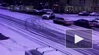 """Видео: у """"Военмеха"""" произошла авария с участием такси"""