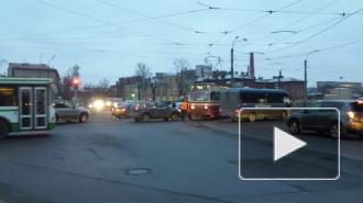 ДТП с трамваем на углу Обводного канала и Лифляндской улицы парализовало движение машин