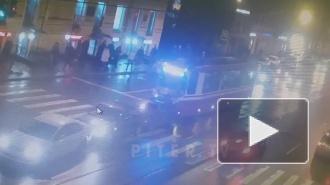 Видео: трамвай спровоцировал массовое ДТП на Среднем проспекте