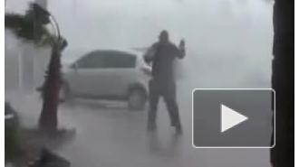 Видео: урагану «Сэнди» бросает вызов отчаянный житель Нью-Йорка