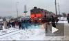 Видео: на Дыбенко поезд столкнулся с пассажирской маршруткой