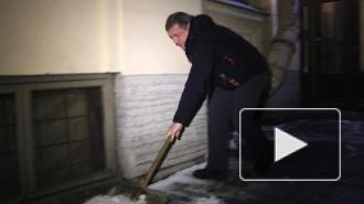 Вице-губернатор Петербурга Игорь Албин вышел на улицу собственноручно убирать снег