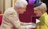 Королева Елизавета II впервые за 10 лет вручила награды в перчатках
