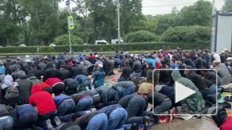 Десятки мусульман собрались у Соборной мечети на Курбан-байрам